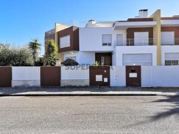 Moradia V4 com 3 Suites e Piscina na Vila Chã no